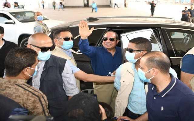 خلال جولة اليوم..السيسي يتبادل التحية والحديث مع مجموعة من المواطنين...صور