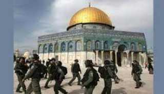 الاحتلال الإسرائيلي يقتحم باحات المسجد الأقصي ويطلق قنابل الغاز تجاه المصلين