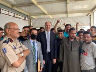 رئيس البعثة المصرية بليبيا يعلن إطلاق سراح 90 مصريًا محتجزين في طرابلس
