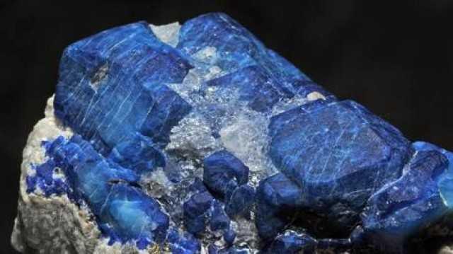 """""""حجر الياقوت الأزرق"""".. سيريلانكي محظوظ يكتشف كنز في بيته"""