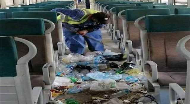 """""""الإهمال في الدم"""".. غضب بين ركاب القطار الروسي بسبب انتشار القمامة"""