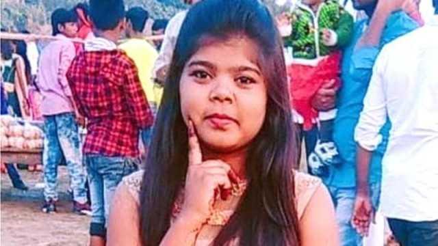 فتاة هندية قتلت، وعلقت جثتها لأنها ارتدت بنطال جينز