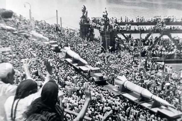"""ما قبل النكسة.. الملايين يستقبلون موكب استعراض """"الصاروخ القاهر"""" سنة 1963"""